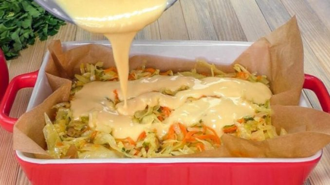 Готую капустяний пиріг за 20 хвилин. Складаю в форму всі інгредієнти і заливаю рідким тістом