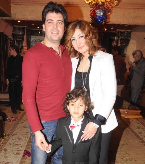 بوسي وزوجها وابنهما