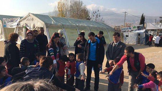 1220152205820635زيارة-كاظم-الساهر-لمخيمات-اللاجئين-(9)