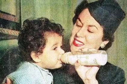 ليلى مراد ترضع ابنها