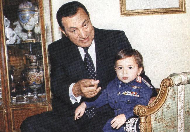 مجمد حسني مبارك وحفيده  - بارزة
