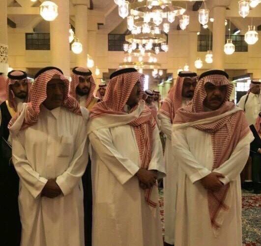بالصور دموع الأمير مقرن تشعل مواقع التواصل الأجتماعي وحزن الكثيرون أثناء تشييع جثمان الأمير منصور بن مقرن 9 9/11/2017 - 12:59 ص
