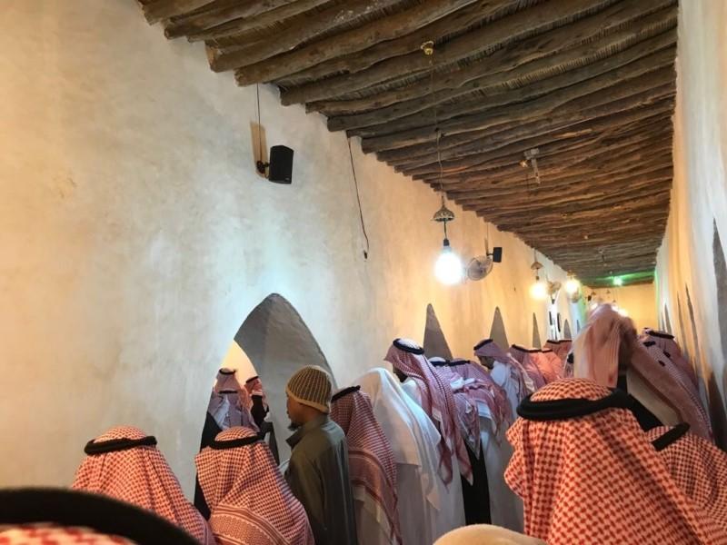 بالصور دموع الأمير مقرن تشعل مواقع التواصل الأجتماعي وحزن الكثيرون أثناء تشييع جثمان الأمير منصور بن مقرن 6 9/11/2017 - 12:59 ص