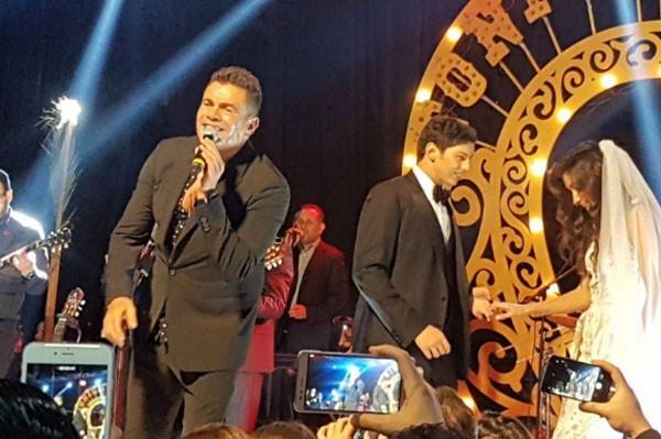 عمرو دياب يشعل مواقع التواصل الاجتماعي بحفل زفاف في السيرك 1 30/11/2017 - 4:39 م