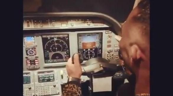محمد رمضان ينشر فيديو جديد من داخل طائرة الأزمة