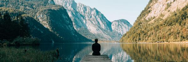 風景を前に座っている人物の画像