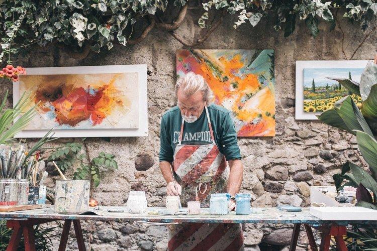 男の人が絵を描いている画像