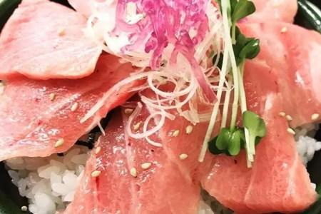 「小松マグロ専門店」ではみなと市場内にて大漁旗でお客様を歓迎しています。