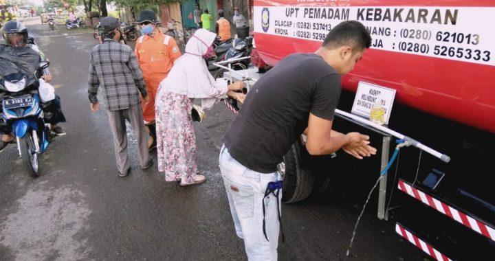 Mobil Damkar Disulap Jadi Wastafel 'Berjalan'