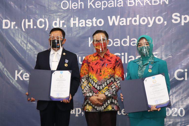 Bupati dan Ketua TP PKK Kabupaten Cilacap Terima Penghargaan Manggala Karya Kencana