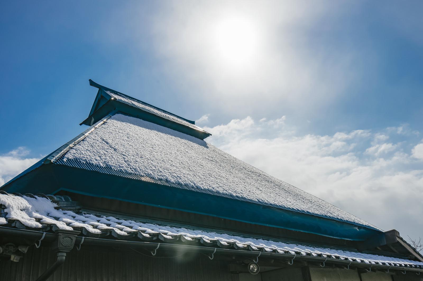 雪が残ってる家