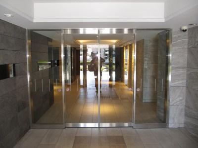 レーベン宇都宮SAKURAS TOWERの玄関