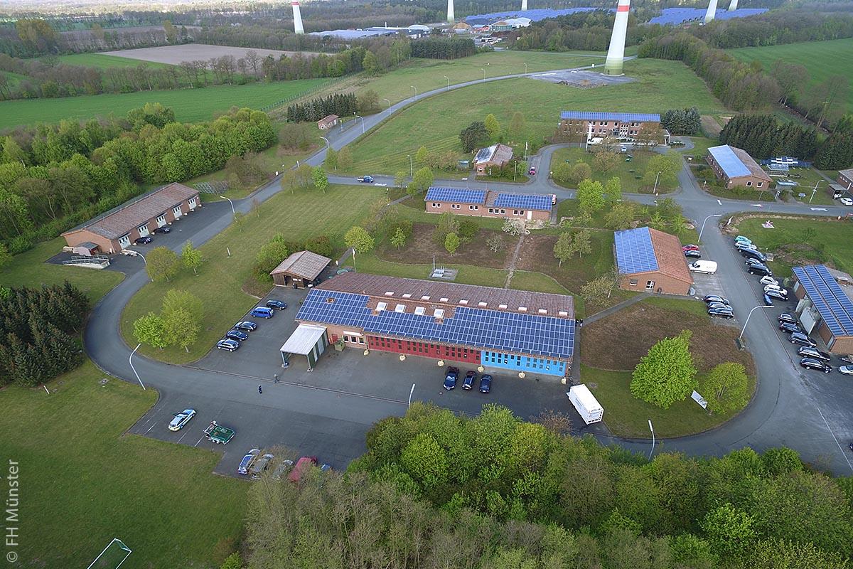Saerbeck will als Kommune bis 2030 mehr Energie aus regenerativen Quellen gewinnen als es verbrauchen kann und diese Energie auch speichern. Inzwischen haben sich so viele Investoren gemeldet, dass Saerbeck dieses Ziel wahrscheinlich schon zehn Jahre vorher erreichen wird. So hat die Gemeinde unter anderem ein 90 Hektar großes ehemaliges Munitionsdepot gekauft und hier einen Bioenergiepark errichtet.