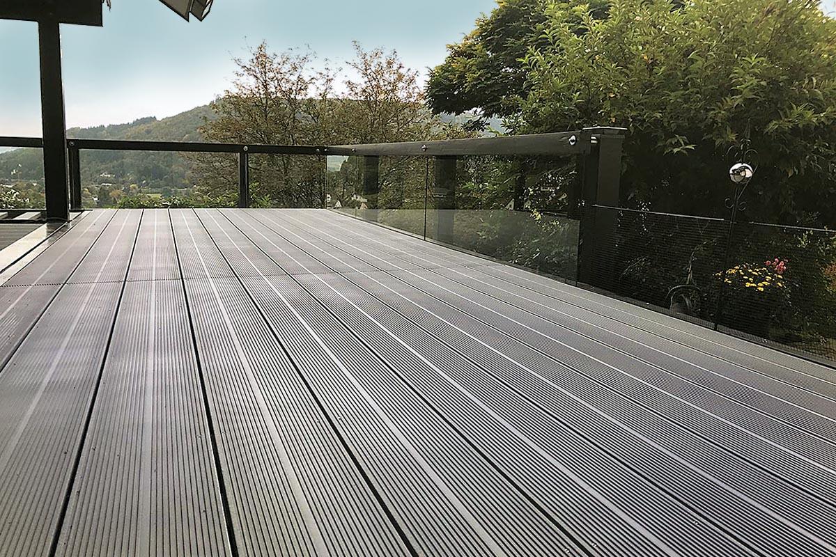 TRIMAX-Profile sind verrottungsfest, frostsicher, wasserabweisend, ungiftig sowie recycelbar und daher exzellent im Außenbereich einzusetzen. Auch die Säuberung der Terrasse gestaltet sich problemlos, da hier ein Hochdruckreiniger zum Einsatz kommen kann.