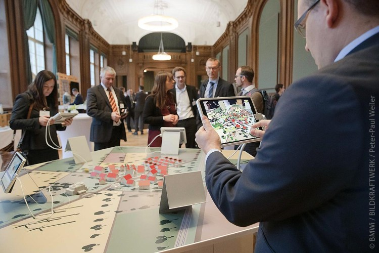 Mithilfe des interaktiven Exponats von Smart Service Welt I und II konnten die Besucher der Hannover Messe mehr über den Einsatz digitaler Services erfahren.