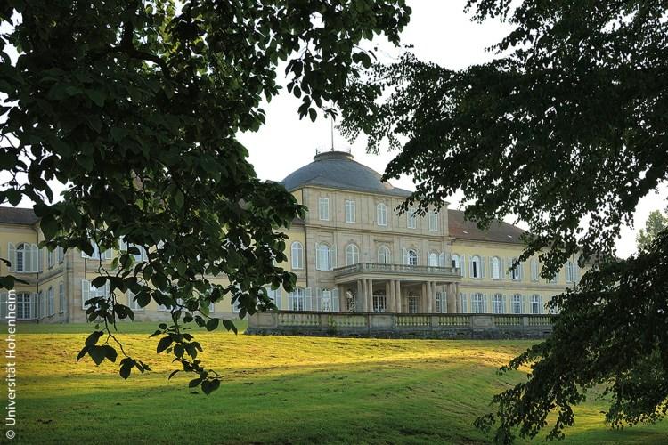 Das Schloss Hohenheim, in der große Teile der Universität Hohenheim untergebracht ist, liegt inmitten der Hohenheimer Gärten.