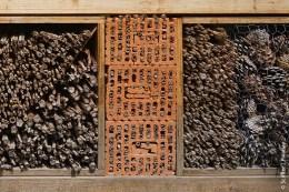 Ziegel und Kalksandsteine machen nur Sinn, wenn man die Hohlräume mit Stroh ausbettet oder die Löcher als Halterung für Bambusrohre nutzt. Alleine haben sie kaum eine Wirkung.