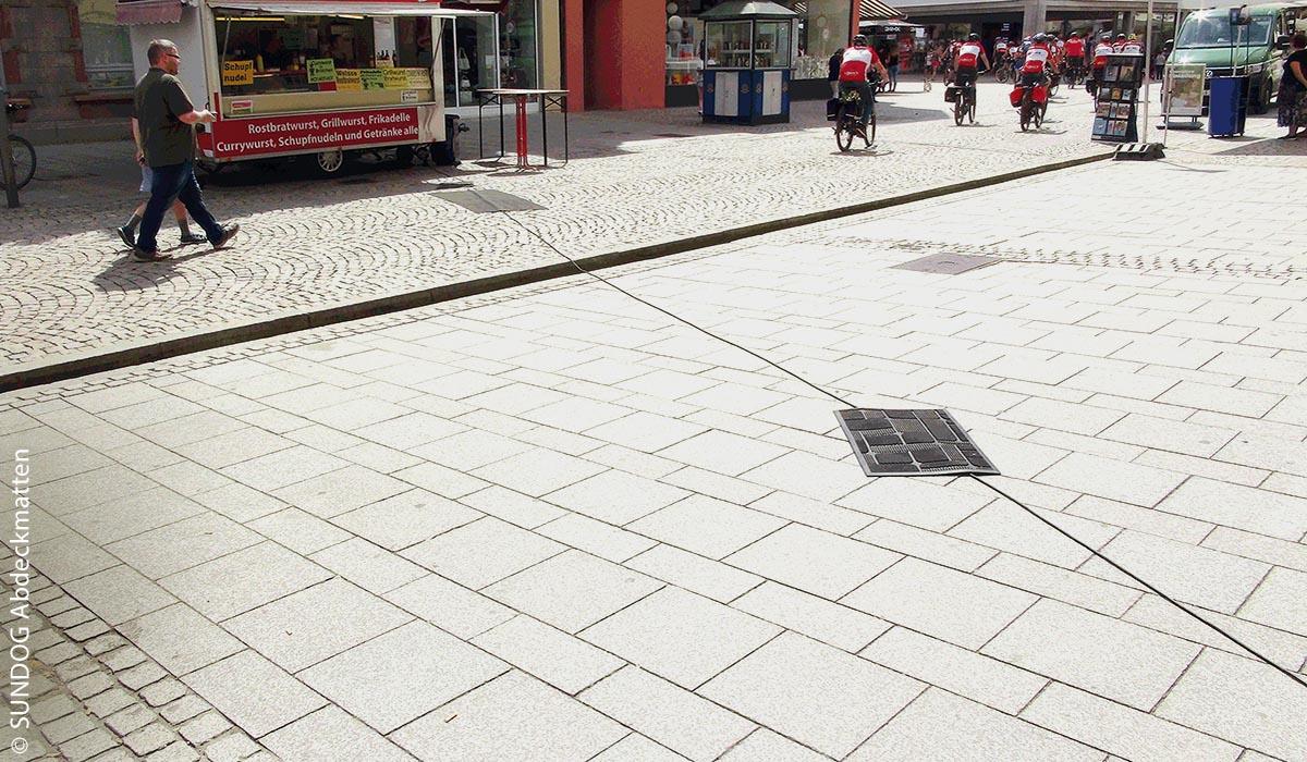Wenige Abdeckmatten bieten einen zu geringen Stolperschutz für Marktplatzbesucher.