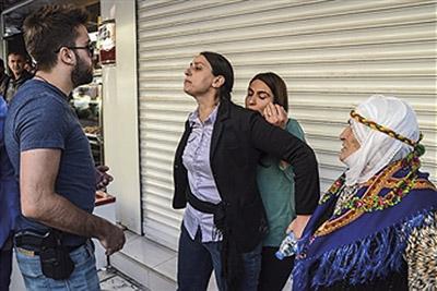 Feleknas Uca, mangeårigt medlem af Europarlamentet for Die Linke i Tyskland. Vendte tilbage til Tyrkiet og blev valgt ind i parlamentet for det prokurdiske parti HDP. Hun har 7 retssager i vente, og hvis hun bliver dømt, står hun til mange års fængsel. På billedet beskytter hun en demonstrant mod politiet i oktober 2016.