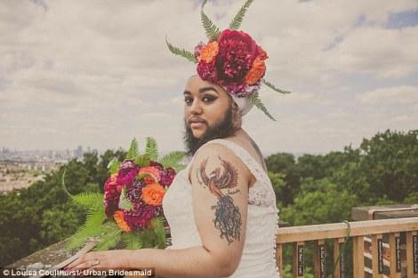Kaur, fotoğrafçı Louisa Coulthurst'ün kendisine ulaşmasıyla yaptığı bu gelinlik çekimini kabul etmiş ve ikisi de akıllarında olan çiçekli sakal fotoğraflarına kavuşmuşlar!