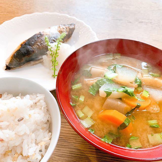 こもれびガーデン本日のおひるごはんは豚汁旬のさわら雑穀米のごはんです。