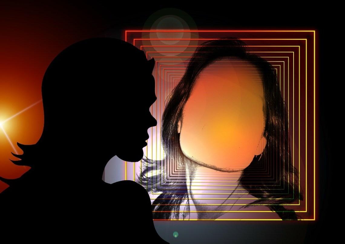 Bild: Frau im Spiegel erkennt sich nicht, Fremde Erwartungen loslassen