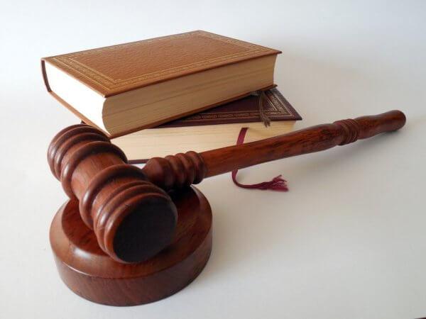 裁判の槌と本