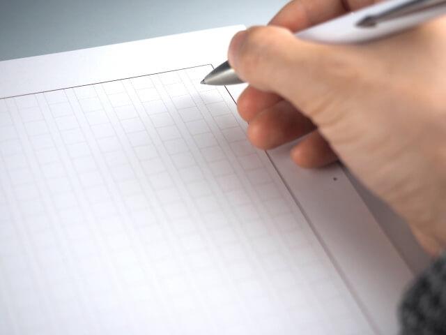 原稿用紙にペンで書く