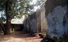 Ruines des cellules du Camp Boiro