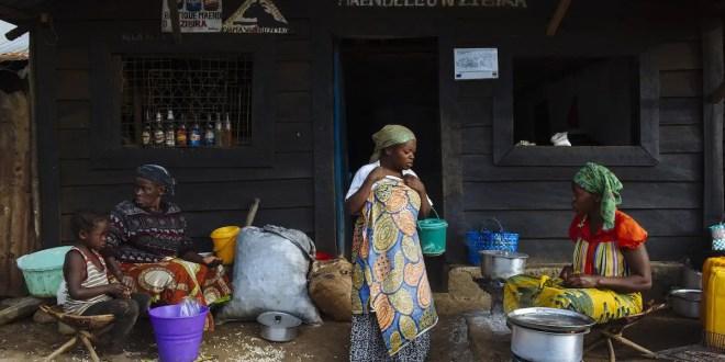 Des femmes travaillent dans un restaurant dans la ville miniere de Nzbira, Sud Kivu, RDC. Dans les régions industrielles, les femmes travaillent souvent dans le secteur des services. Crédit photo: Phil Moore. Source: globalwitness.org