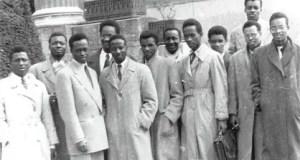 Le Prof. Ibrahima Baba Kaké est à gauche. Il fut condamné à mort par contumace en 1971. Décédé en 1994 à Paris.