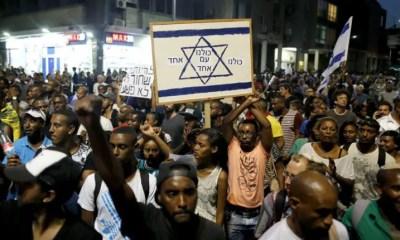 Les Israéliens membres de la communauté éthiopienne lors d'une manifestation contre le racisme et les abus de la police israélienne, dans le centre de Tel Aviv, Israël, 18 mai 2015. Photo EPA / ABIR SULTAN. Source afriquematin.net