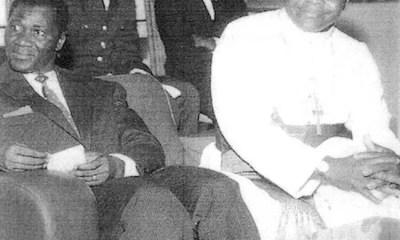 Intronisation de Mgr. Raymond-Marie Tchidimbo comme archevêque de Conakry, le 31 mai 1962, à sa droite le tyran Sékou Touré. Source: campboiro.oorg