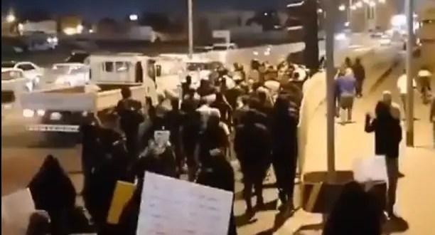 Capture d'écran d'un tweet montrant des manifestations à Bahreïn qui appellent à la libération des prisonniers.