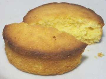 コンビニパンだ_つぶつぶコーングリッツのケーキ【ローソン】中身04
