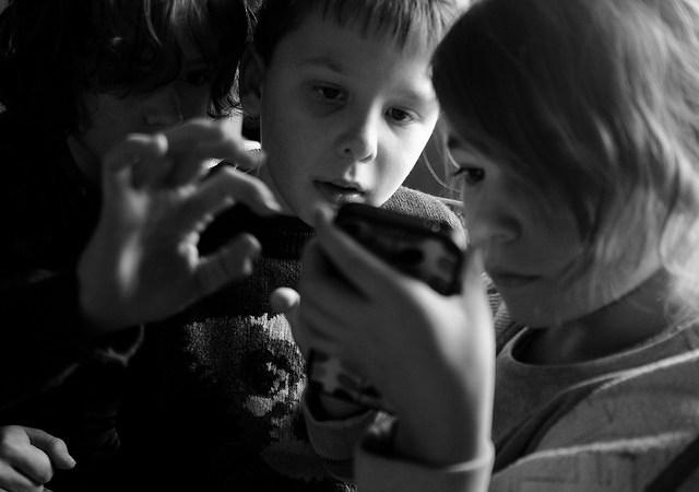 Telefon wręku dziecka — problem czy potrzeba? Image