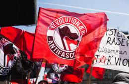 Vi er en antifascistisk gruppe med base i København. Sammen med andre grupper i og uden for København bekæmper vi fascisme og racisme - hovedsageligt når fascister organiserer sig på gaden eller forsøger at opbygge landsdækkende strukturer, men vi står også solidarisk med selvorganiserede netværk, der kæmper mod konsekvenserne af statslig fascisme og racisme, og alle som forsøger at opbygge reelle alternativer til den nuværende samfundsorden.