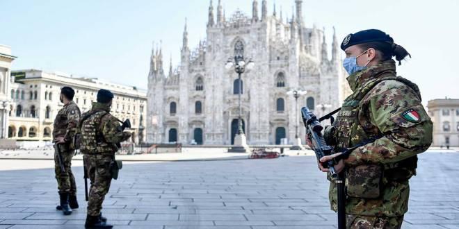 Soldats Italiens devant un cite touristique en Italie.