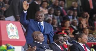 Joseph KABILA [ancien president de la RDC] salue la foule.