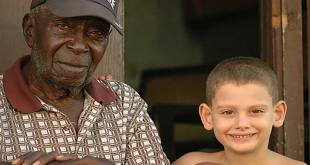 Vieil homme et un petit garçon a Cuba.