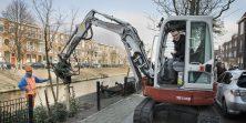 Wethouder Richard de Mos opent de nieuwe kademuur door het plaatsen van de laatste boom de Valkenboskade, Den Haag