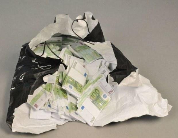 336ec17e00000578-3553486-prosecutor_david_hughes_said_the_monopoly_money_pictured_was_swa-a-18_1461317596038