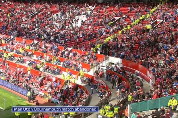 2-fans-evacuating-_2866154a
