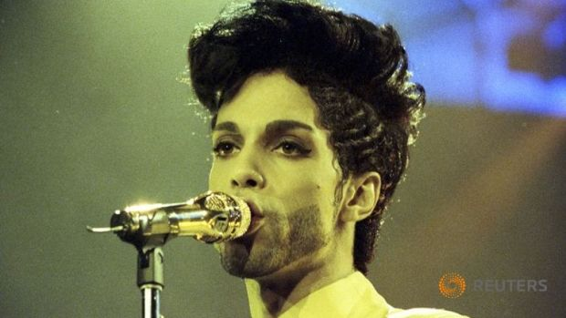 prince-performs-during