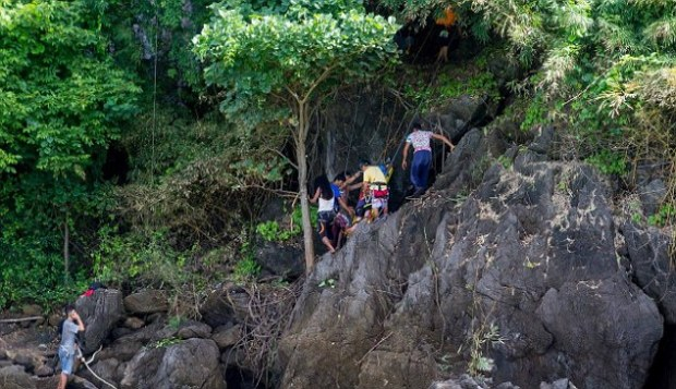 rescue-workers-lift-hannah-gavios-off-the-cliff-on-a-stretcher