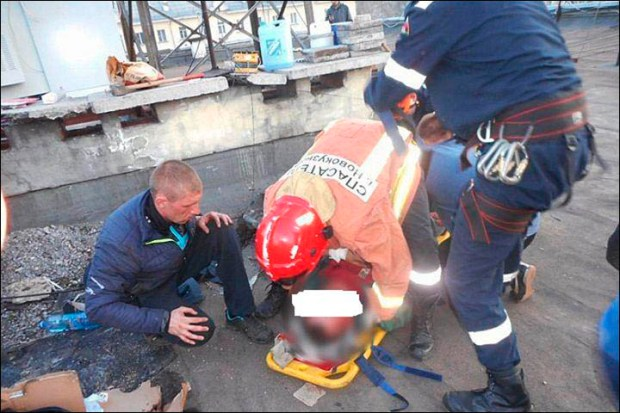cops-managed-to-lift-the-body-from-the-narrow-air-shaft1