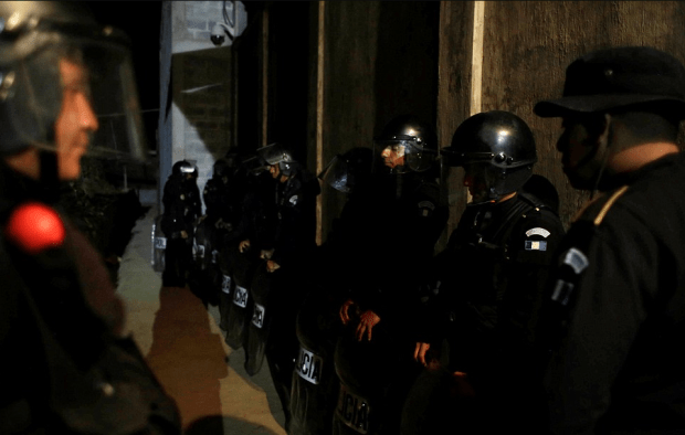 Guatemalan cops surround the San Jose Pinula facility in an attempt to keep everyone inside following Sunday's riot2.png