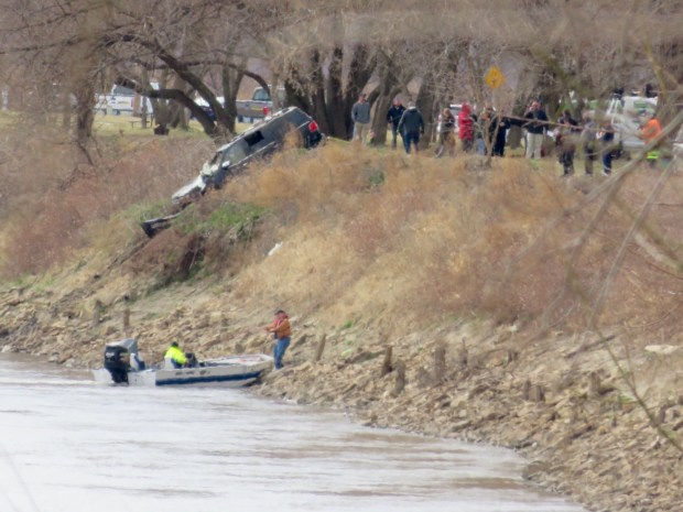 Tony Anderson,s car pulled out of Missourri River2.jpg