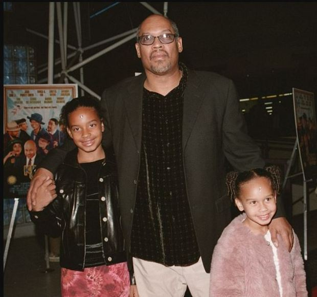Doug McHenry took his daughters Lyric (left) and her younger sister Maya in 2008.JPG