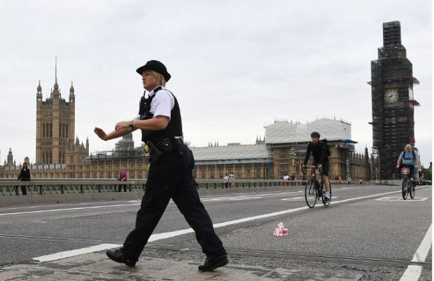Westminster Bridge closd by cops 1.JPG